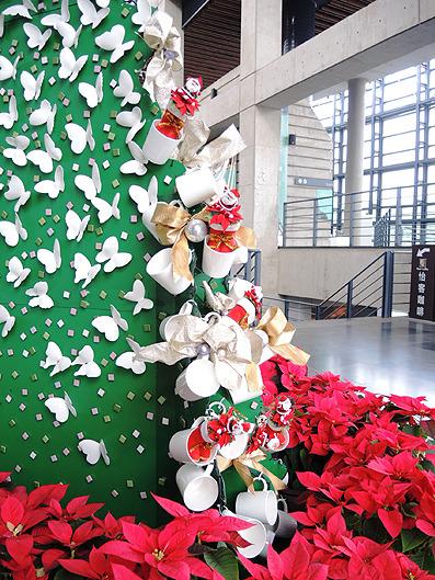 耶誕樹以999隻粉紅色及白色陶瓷蝴蝶互相搭配而成 並用99個馬克杯及許多的馬賽克點綴