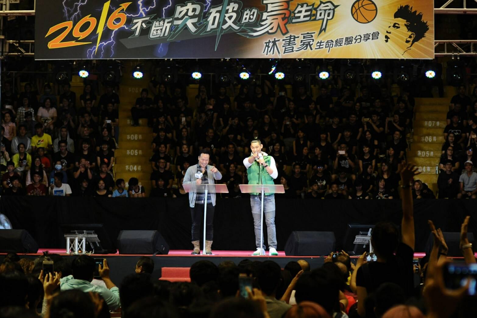 林書豪(右)透過翻譯(左)與現場民眾分享生命經驗