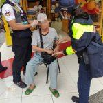 天雨路滑老翁跌倒在地   警消協力救護